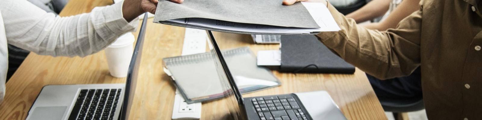 Mensen met laptops en documenten