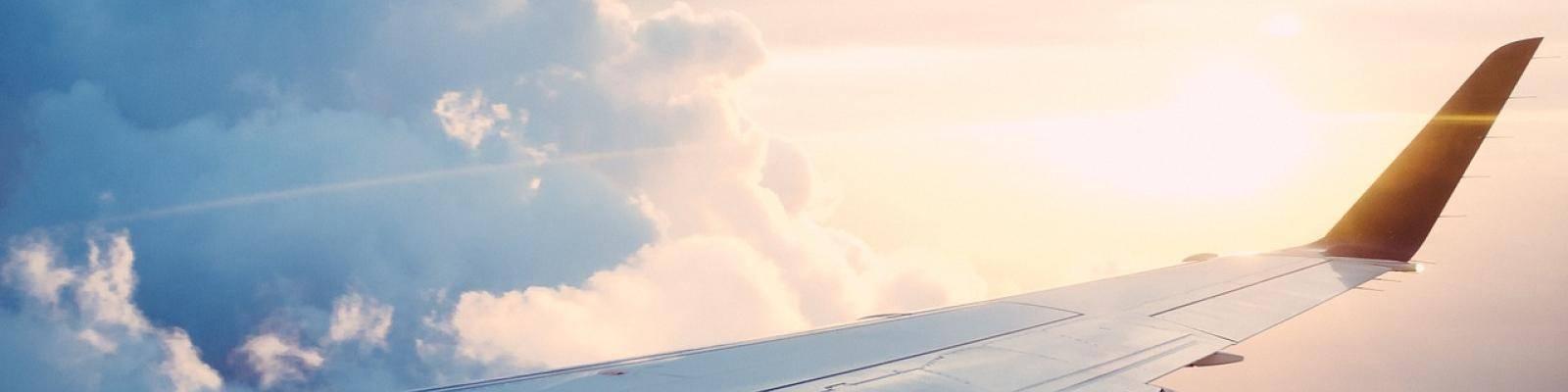 Vleugel vliegtuig in lucht