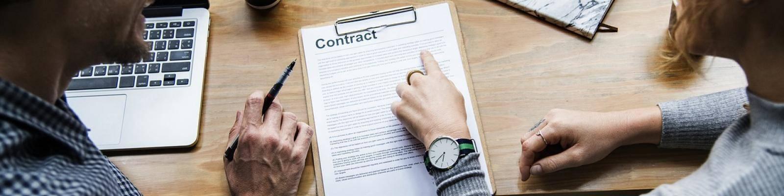 Man en vrouw bespreken contract