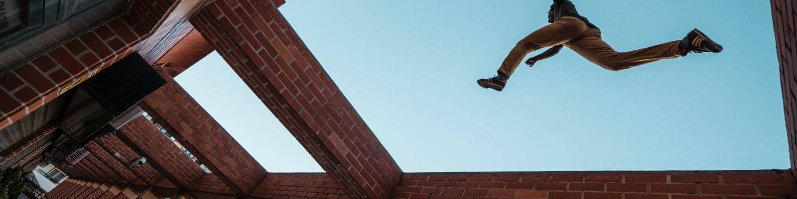 Persoon springt over gebouwen