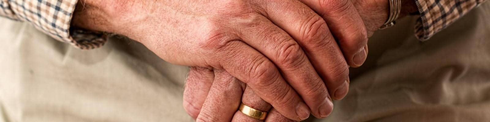 Handen oudere man