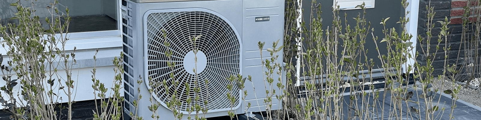 Een warmtepomp die buiten geïnstalleerd is