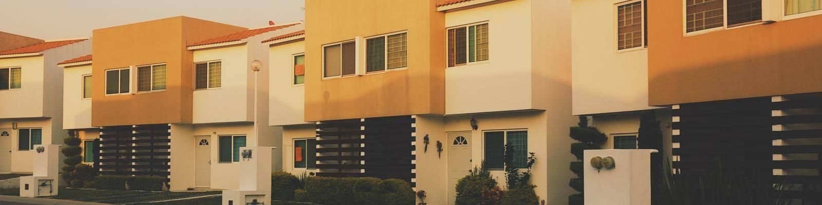 Straatbeeld met oranje- witte huizen