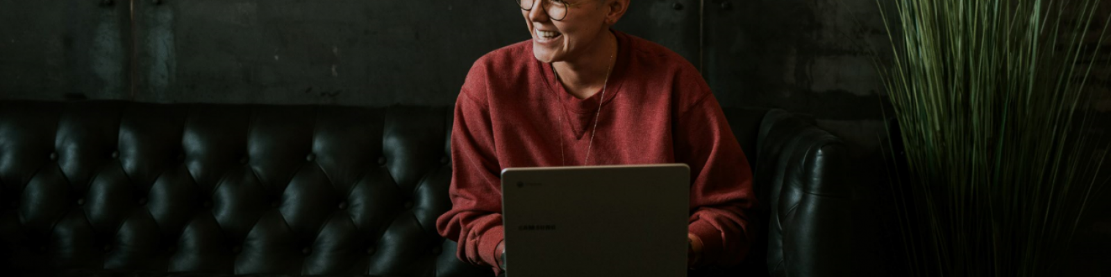mevrouw achter laptop