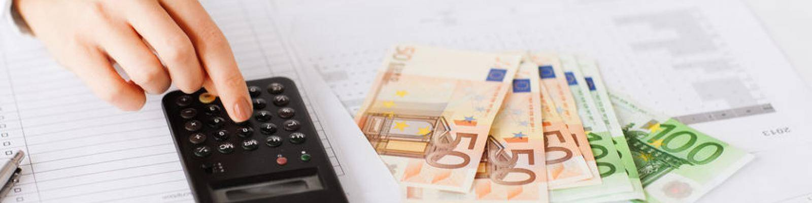 rekenmachine en geld op tafel