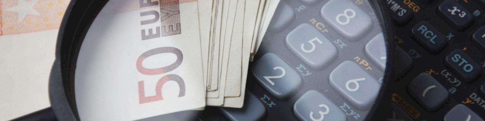 Loep briefgeld en rekenmachine