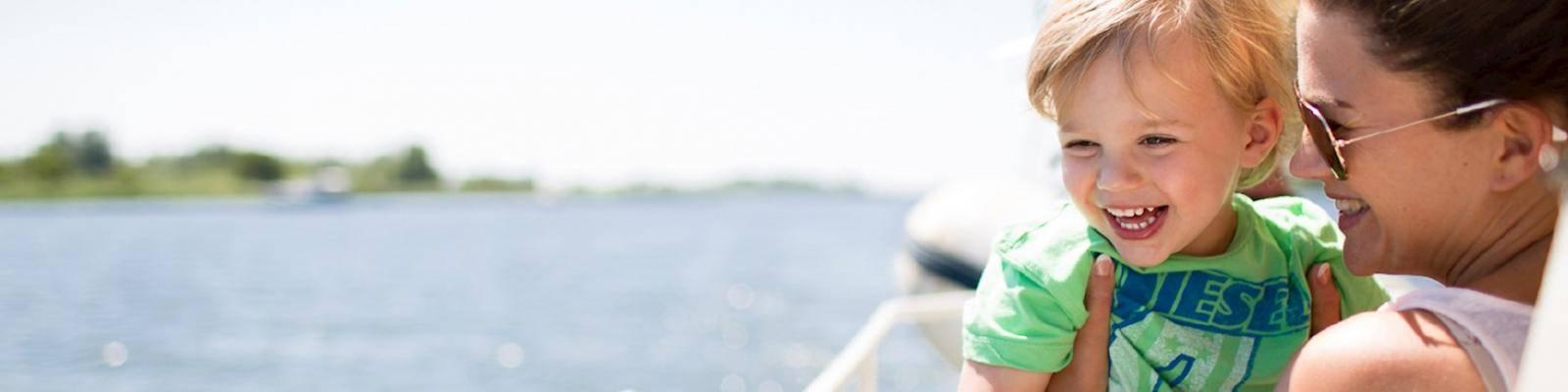 Vrouw met kind op boot