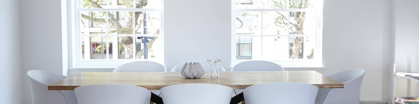 Witte ruimte met tafel en stoelen