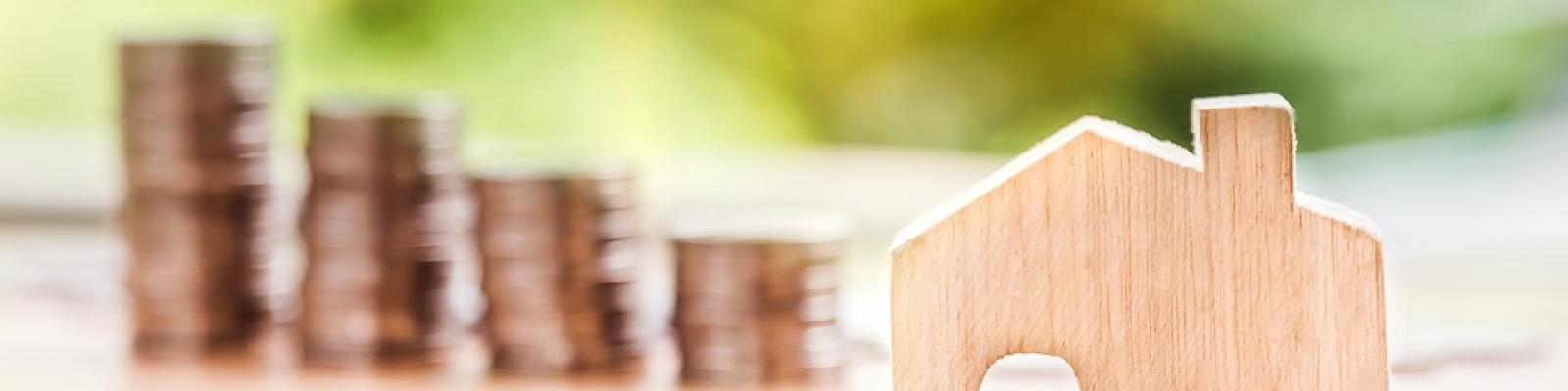 geld en houten huisje