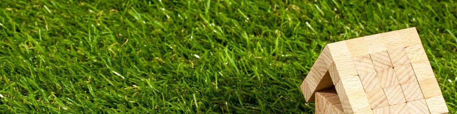 Houten huisje op gras