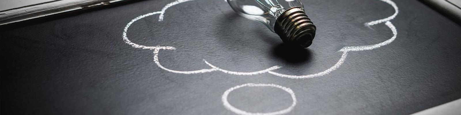 Lamp op schoolbord met krijt