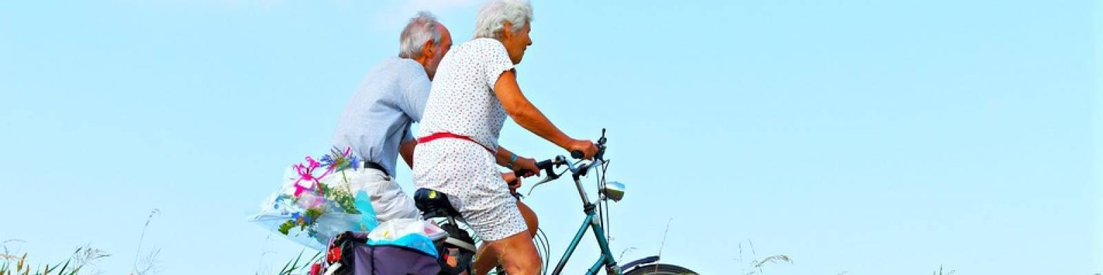 Fietsende gepensioneerden lente