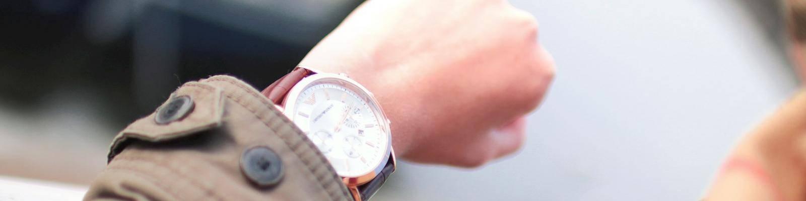 Persoon checkt tijd op horloge