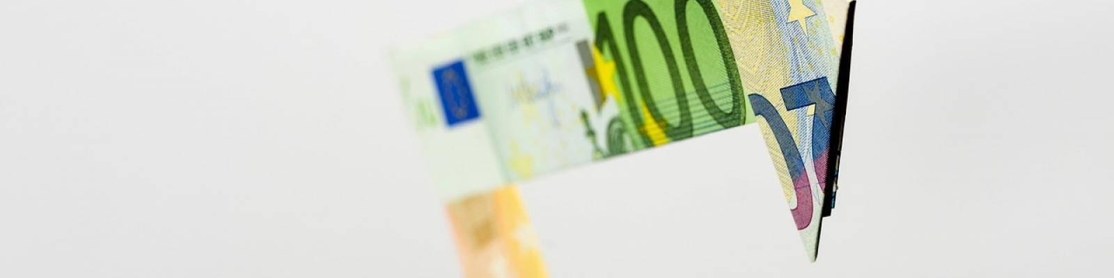 Pijlen van gevouwen briefgeld