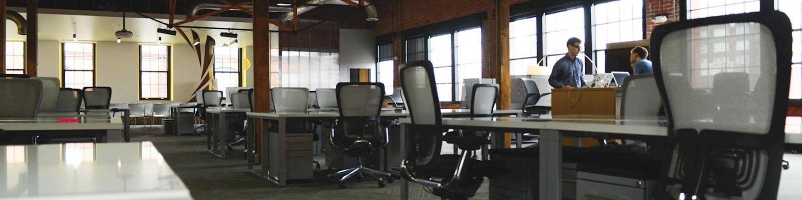 kantoor met bureautafels en stoelen