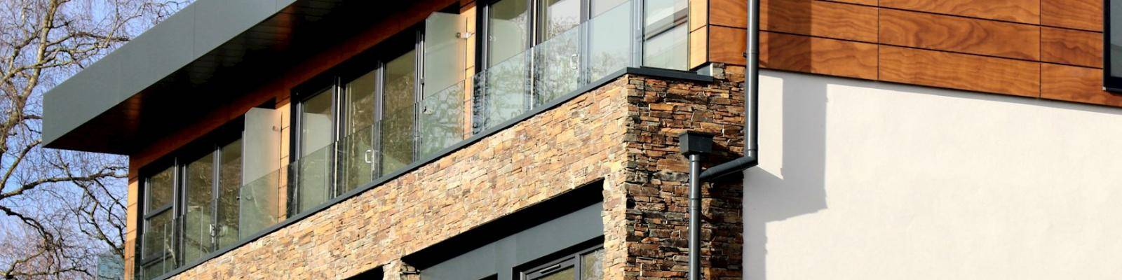 gevel huis met balkon